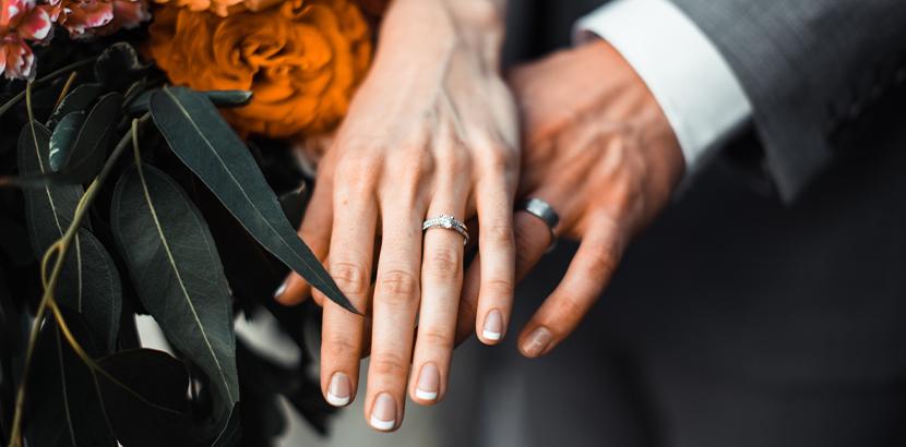 Eheringe selber schmieden: Ein Brautpaar mit handgefertigten Trauringen