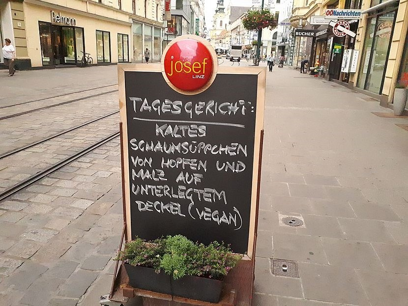 Werbeschild vor dem Lokal Josef in Linz