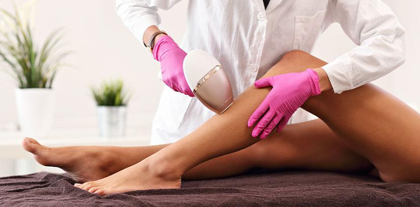 Beine einer dunkelhäutigen Frau bei der Laser Haarentfernung Wien.