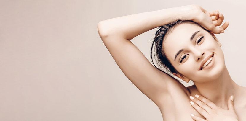 Junge Frau nach der Laser Haarentfernung mit wundervoll dauerhaft glatten Achseln.