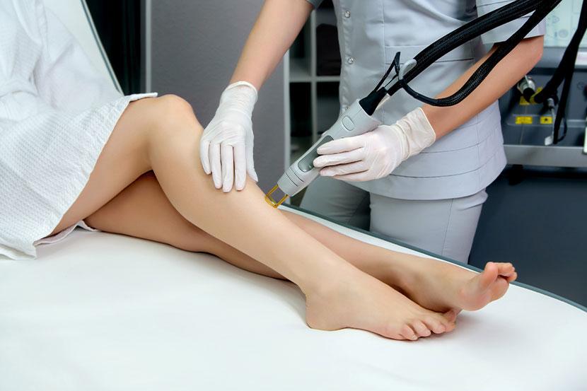 Junge Frau, die sich bei der Laser Haarentfernung Wien dauerhaft glatte Beine zaubern lässt. Laserhaarentfernung Wien.