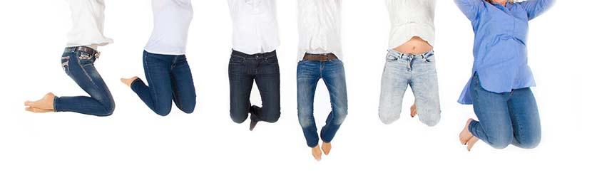 Fünf Menschen, die einen Luftsprung machen, und von denen nur noch der Unterkörper zu sehen ist. Magenband, Operation.
