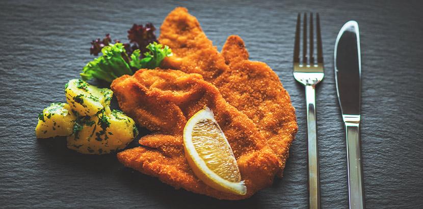 Schnitzel Linz: ein Wiener Schnitzel mit Zitrone, Petersilienkartoffel und Salat
