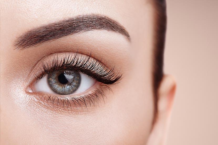 Auge von Frau mit langen Wimpern