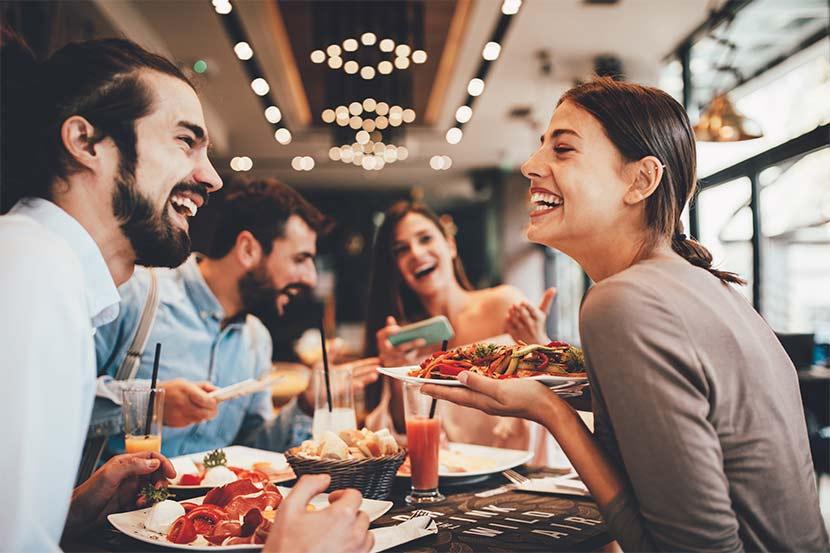 Gruppe von Freunden beim All you can eat Buffet Wien.