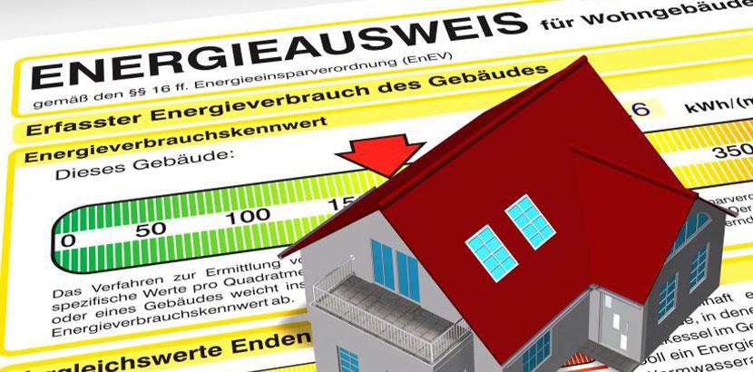 Kleines Haus aus Plastik, das auf einem Energieausweis steht. Was macht ein Bausachverständiger?