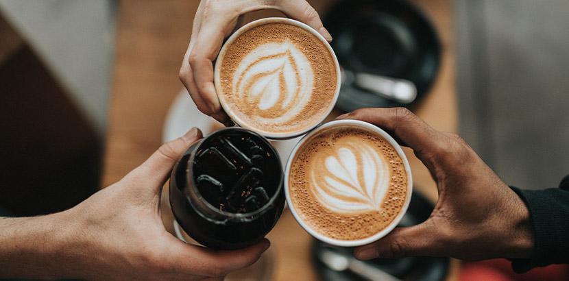 Café Linz: Drei Freunde trinken Kaffee in einem Kaffeehaus