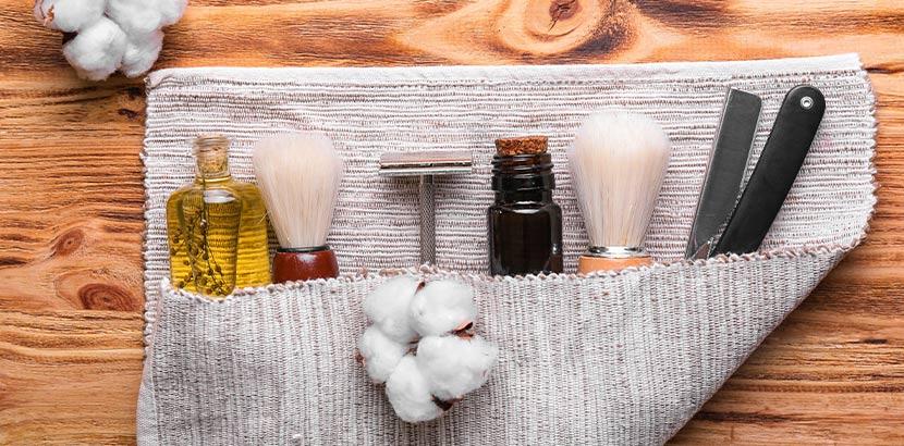 Asseccoires für die perfekte Rasur vor holzfarbenem Hintergrund. Geschenke für Männer.