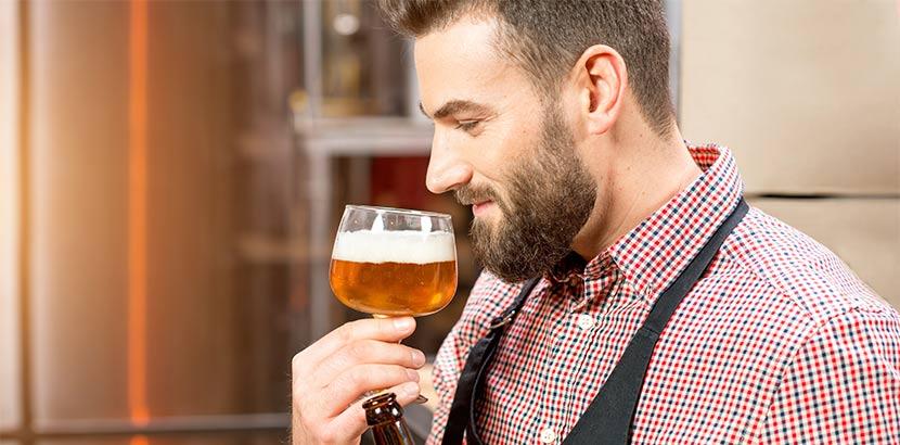 Bärtiger Mann bei der Bierverkostung. Geschenke für Männer, Männergeschenke.
