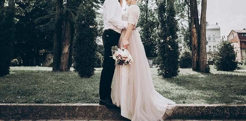 Hochzeit Kosten: Brautpaar küsst sich