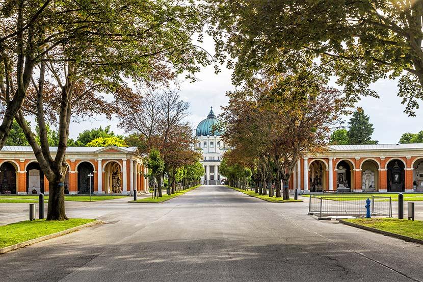 Tor 2 am Zentralfriedhof Wien, vis a vis der Arkadengrüfte.