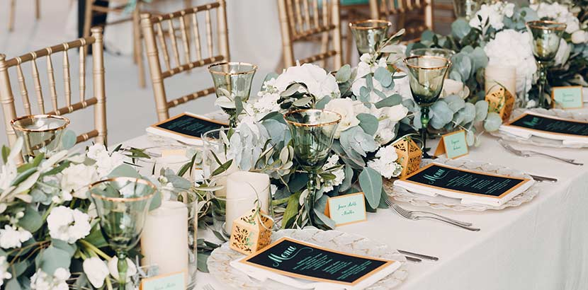 Hochzeit Blumenschmuck: Hochzeitstisch geschmückt mit Eukalyptus Blumen