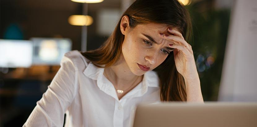 depressive Frau vor Computer