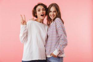 Zwei Freundinnen, die gerade von der Wirkung der Yamswurzel erfahren haben.