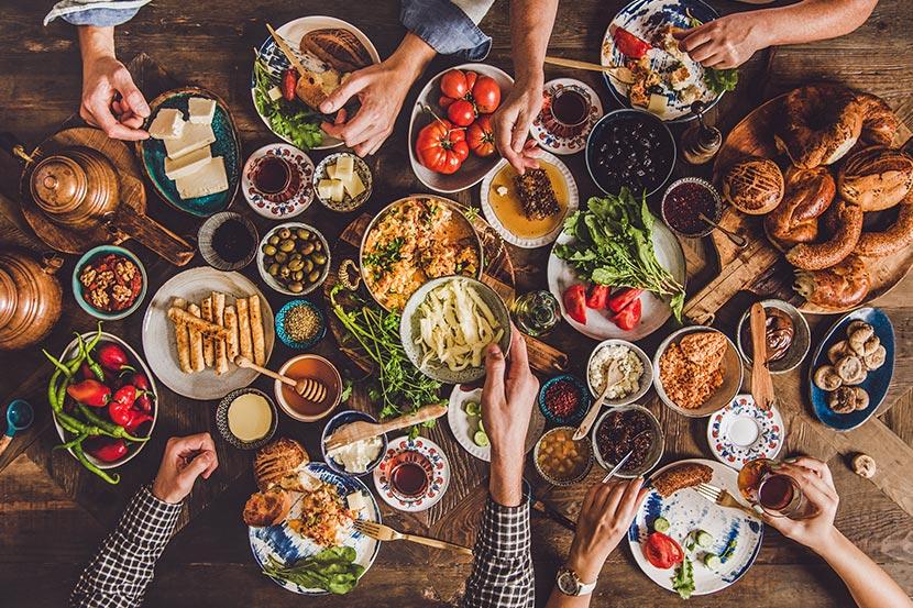All you can eat Linz - Tisch mit unterschiedlichen Gerichten