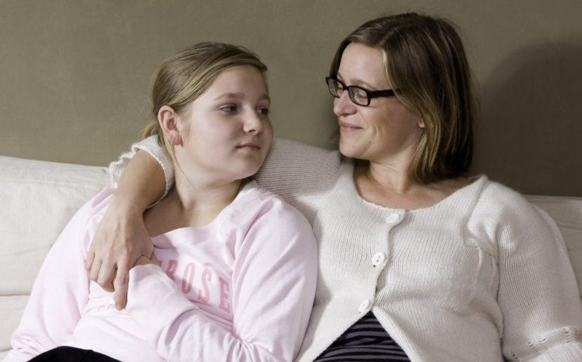 Cybermobbing, Mutter tröstet Opfer von Online Mobbing