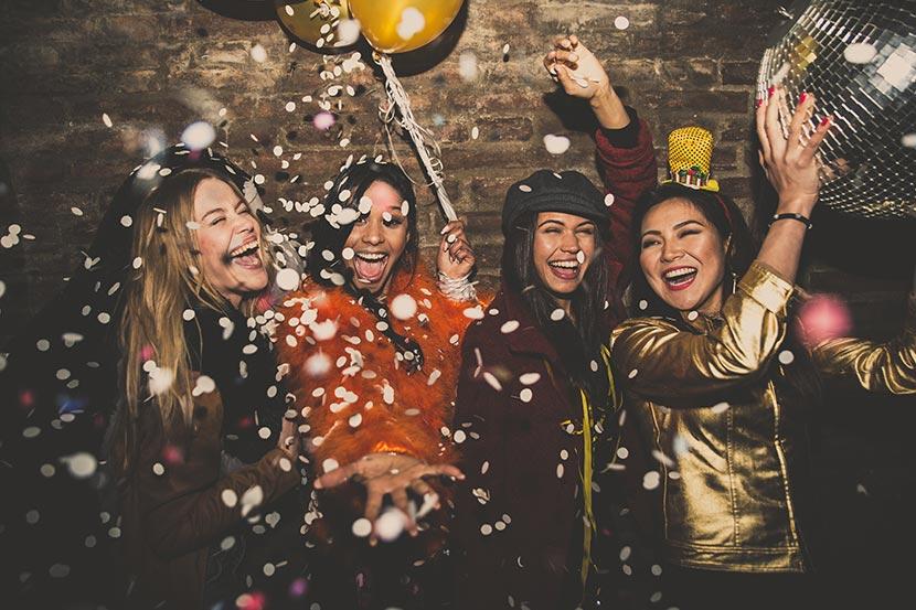 Eventlocation Wien - feiernde Frauen mit Luftballons und Konfetti