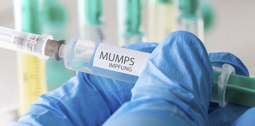 Impfstoff gegen Mumps in einer Spritze. Mumps Symptome.