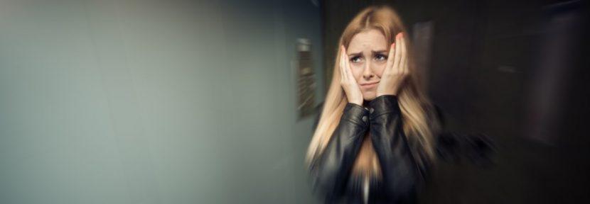 Junge Frau hat Angst und durchlebt die Symptome von Panikattacken.