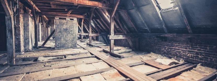Dachboden mit Dachfenster auf dem eine Zwischensparrendämmung und Dampfbremse notwendig wäre