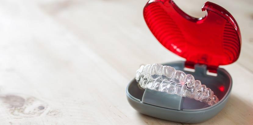 Unsichtbare Zahnspange oder Invisalign in einem roten Behälter.