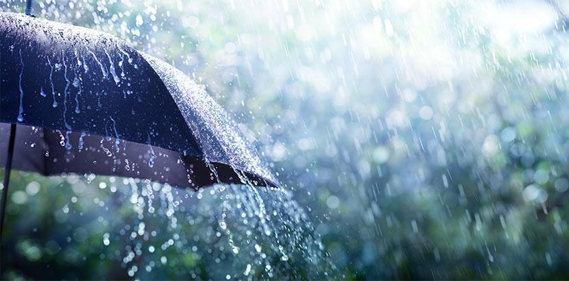 Ein Regenschirm, an dem Regenwasser abläuft. Schlechtwetterprogramm Linz