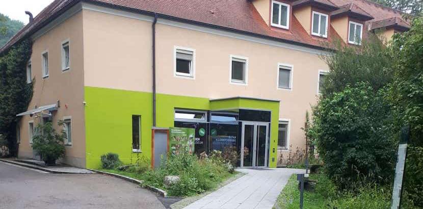 Der Eingang des Biologiezentrums. Schlechtwetterprogramm Linz