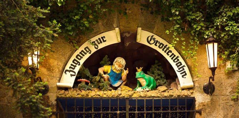Der Eingang zur Grottenbahn Linz mit Märchenfiguren. Schlechtwetterprogramm Linz