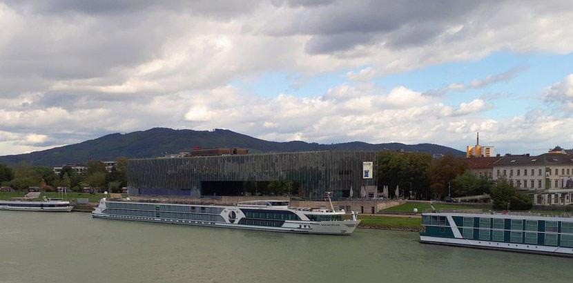 Ein Schiff, das in der Donau vor dem Museum Lentos angelegt hat. Schlechtwetterprogramm Linz