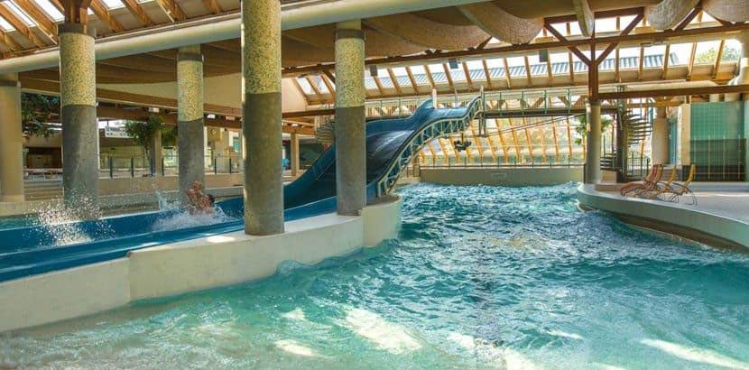 Eine Rutsche und ein Becken des Schörgenhub Bad. Schlechtwetterprogramm Linz