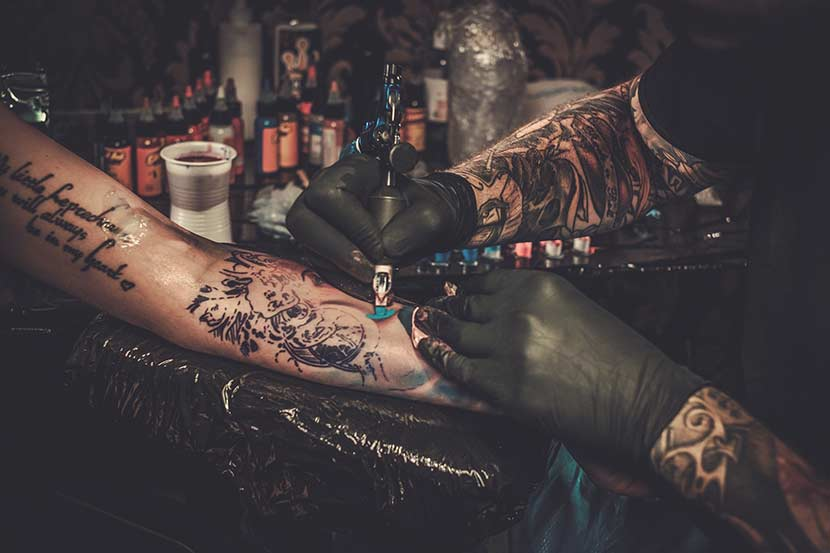 Tattoostudio Wien Tätowierer mit Tattoogerät