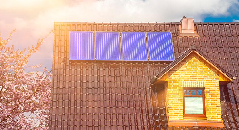 Solarthermie: Solarkollektoren auf einem Hausdach