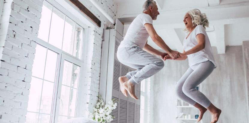Älteres Paar, das sich nach der erfolgreichen Vasektomie darüber freut, dass das Sexualleben fortan unkomplizierter ist und sie nicht mehr über Verhütung nachdenken müssen.