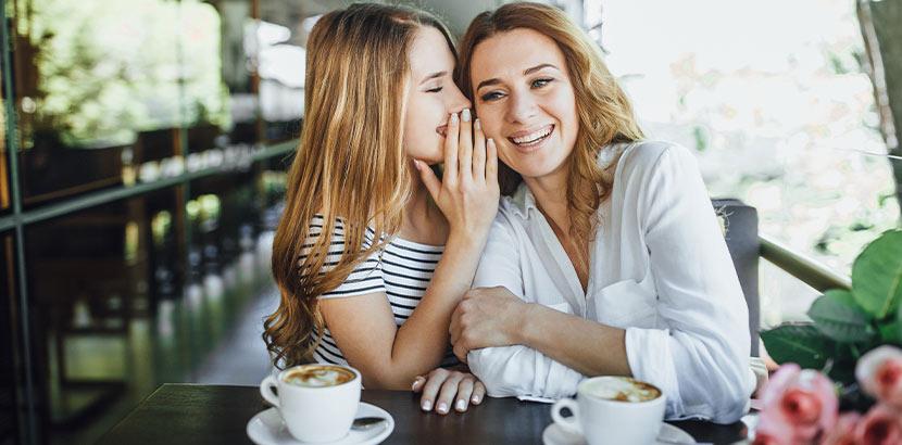 Mutter und Tochter beim gemeinsamen Kaffeetrinken. Geschenke für Teenager.