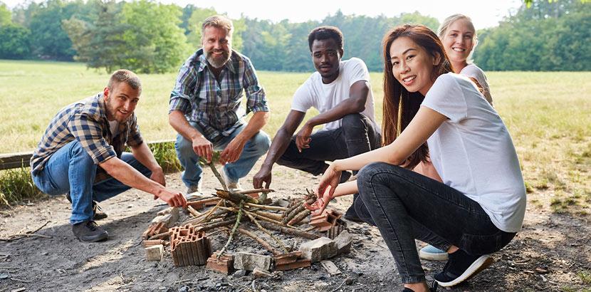 Teenager beim Lagerfeuer machen. Survival Training als Geschenk für Teenager.