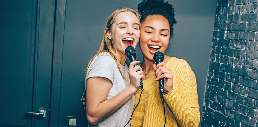 Zwei Freundinnen beim Karaoke singen. Geschenke für Teenager.