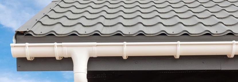 weiße Dachrinne auf grauem Dach