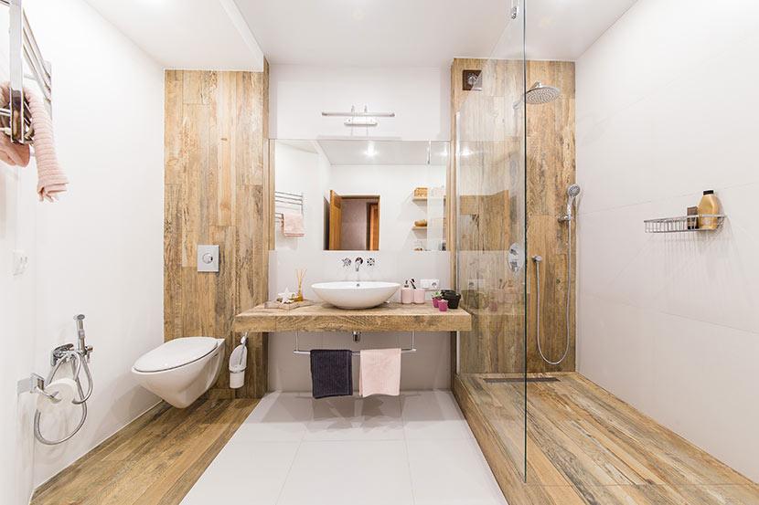 Fliesen in Holzoptik in Dusche und Bad