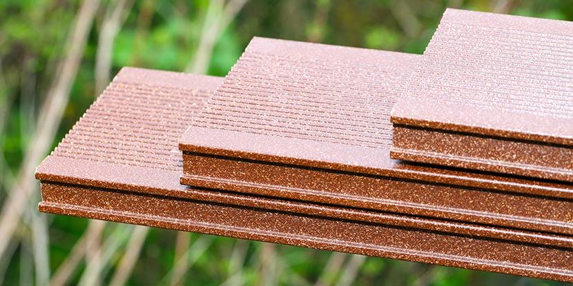 Terrassendielen aus WPC: Drei WPC Dielen für eine Terrasse in Rot für die Holzterrasse