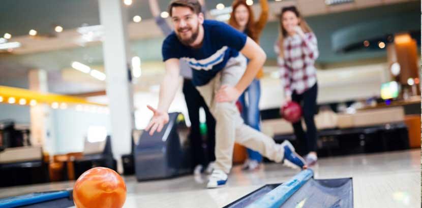 Gruppe von Freunden beim Indoor Bowling in Wien