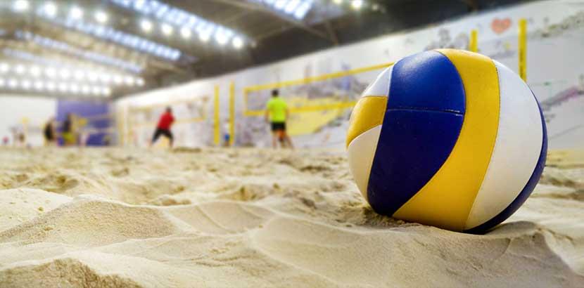 Beachvolleyball Halle von innen, Ball im Vordergrund. Indoor Aktivitäten Wien.