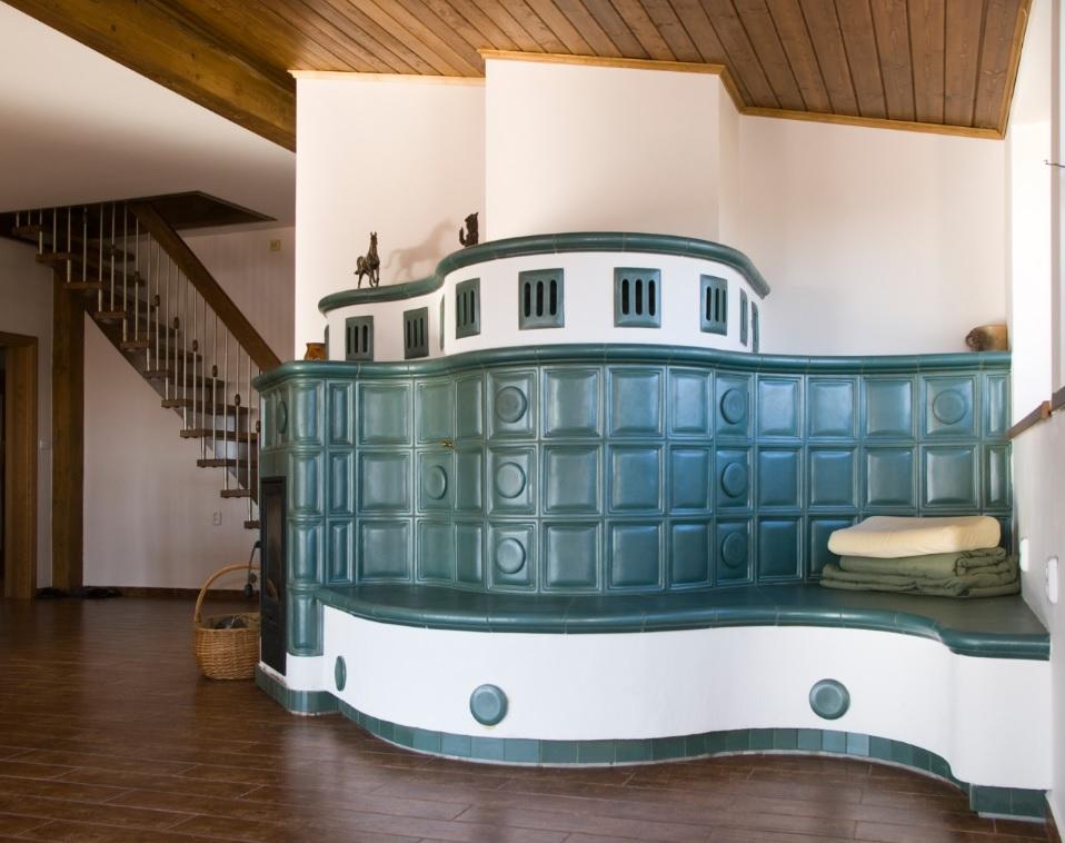 Kachelofen Oder Grundofen Mit Traditionell Grünen Kacheln In Einem Wohnzimmer