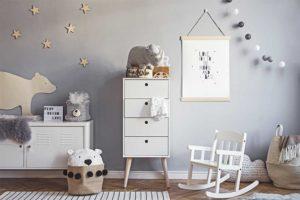 Kinderzimmer einrichten - Kinderzimmer mit grauer Wand, Schaukelstuhl, Garderobe