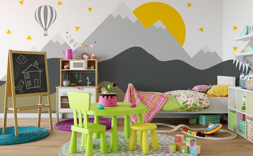 Kinderzimmer bunt einrichten mit grünen Sesseln, Bett und Tafel