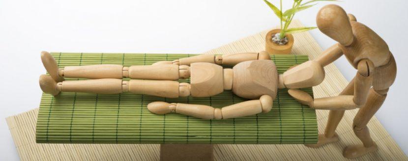 Mit anatomischen Puppen nachgestellte Osteopathie Behandlung: Cranio-Sacral-Therapie in der Osteopathie Graz.