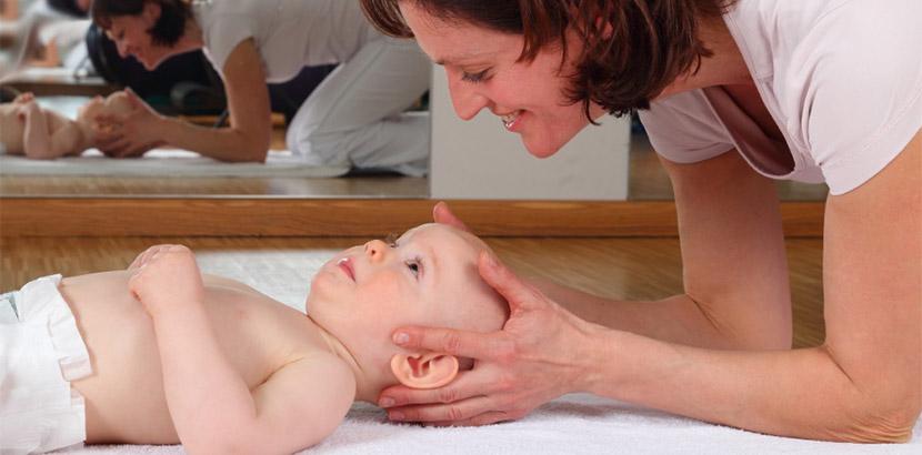 Osteopathin, die einen Säugling behandelt. Osteopathie Wien.
