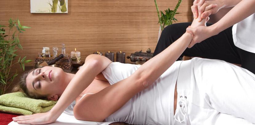 Junge Frau, die von einem Physiotherapeuten behandelt wird. Physiotherapie Wien.