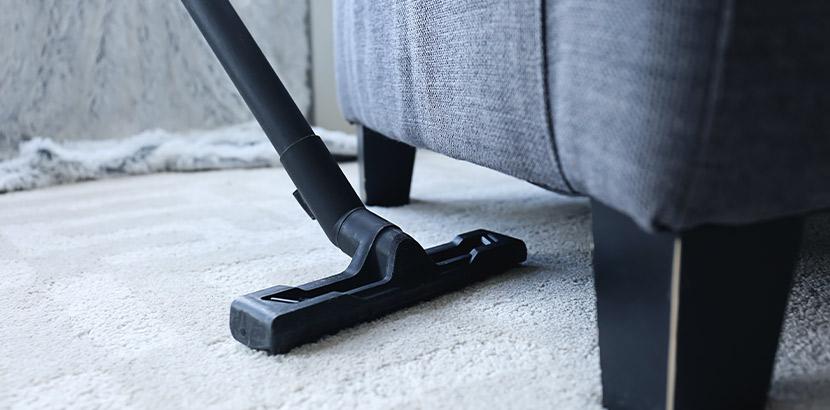 Sofa reinigen mit dem Staubsauger