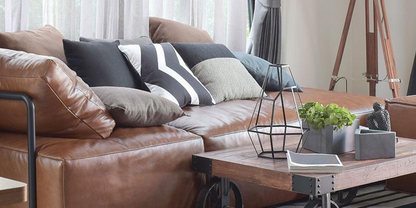 sofa reinigen ein modernes braunes ledersofa mit. Black Bedroom Furniture Sets. Home Design Ideas