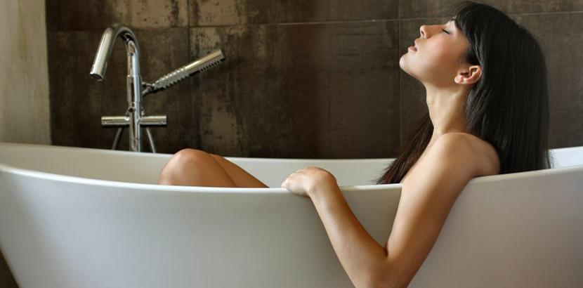 Badewanne reparieren damit man wieder entspannt darin baden kann